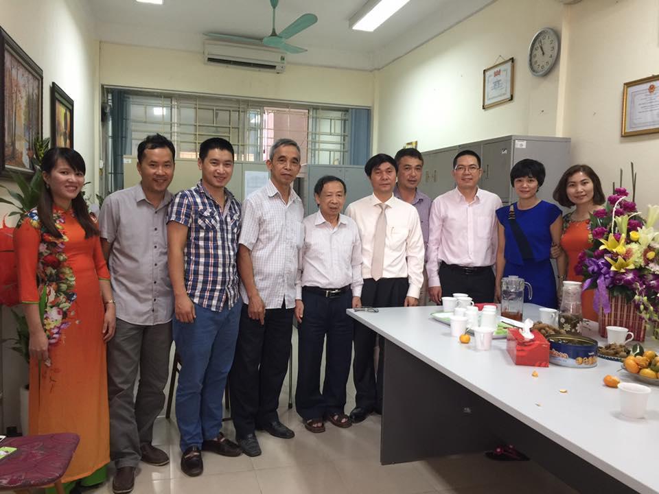 Hiệu trưởng PGS.TS Nguyễn Ngọc Long chúc mừng các thầy cô giáo khoa CNTT