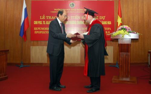 Lễ trao bằng Tiến sĩ danh dự cho Phó hiệu trưởng Trường ĐH MIIT, LB Nga